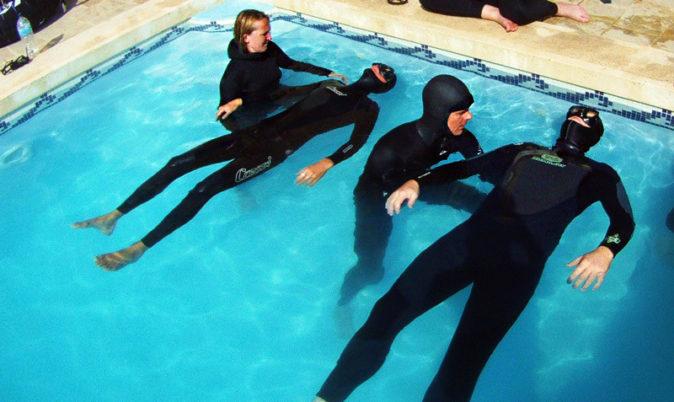 тренировка с инструктором по фридайвингу в бассейне